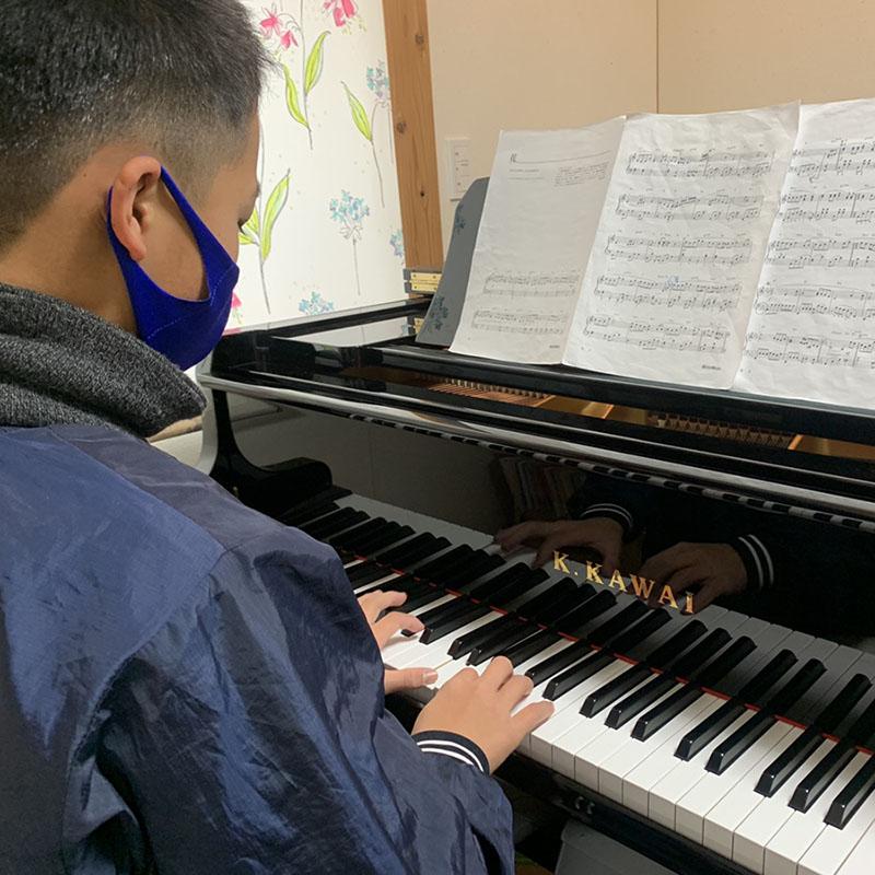 ピアノを演奏する男の子