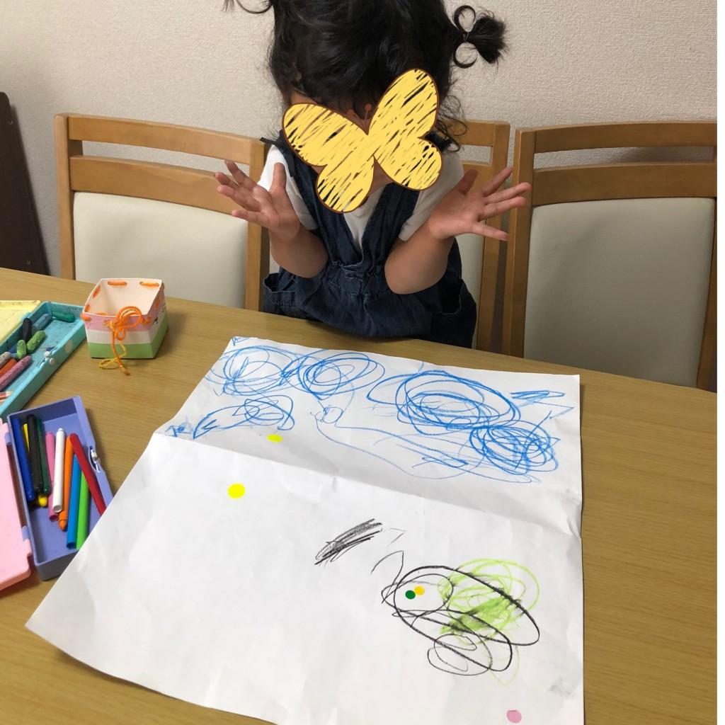 はじめて海の絵を描く女の子